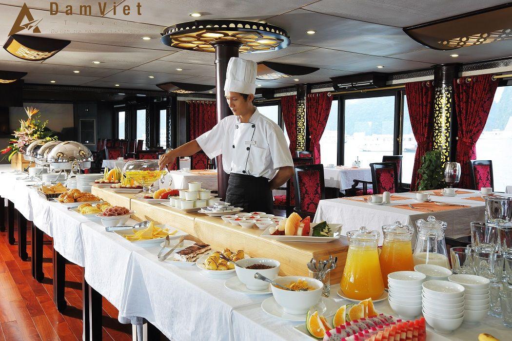 bữa sáng trên du thuyền