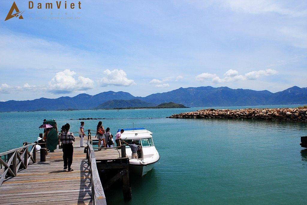 Đi tàu đến Vịnh Ninh Vân